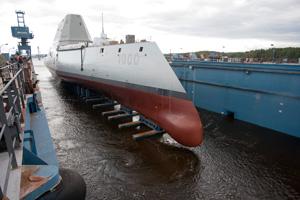 浮きドライドック注水中のズムウォルト級駆逐艦
